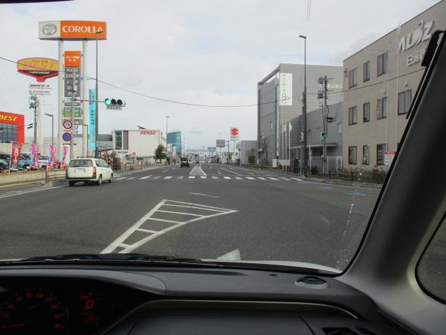 仙台駅方面から車で来られる場合は、手前の信号で右折していただき裏口よりご入場いただく事をお勧めいたします。画像に写っておりませんが右手にはまるまつ様・左手にはトヨタカローラ様です。