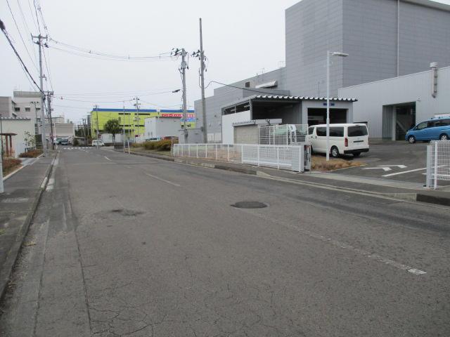 裏口の入り口です。画像左上に見えますのが仙台東警察署です。向かいには宮城生協の流通拠点がございます。