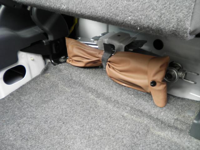 座席下に工具が積まれています