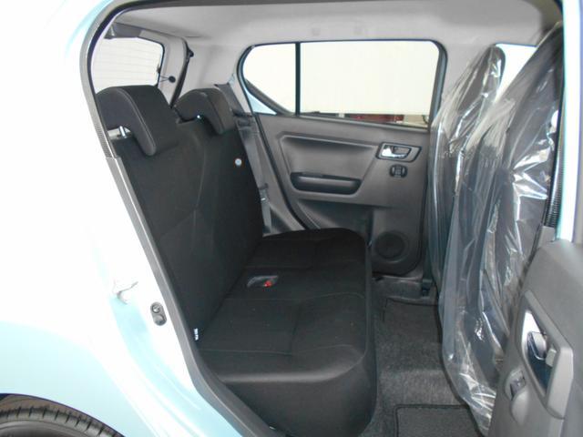 後部座席もリラックスできる車内空間になっております。足元広々〜♪
