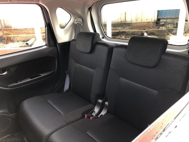 リヤシートも足元広々空間。