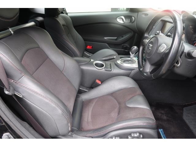 運転席シートは、「NISMO」ロゴ入り、専用ハーフレザーシートです。フロアマットもNISMOマットです!