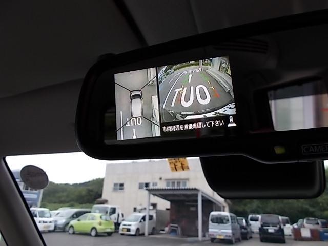 4つのカメラ映像が合成されて、まるで上空から見下ろしたような映像が表示されます。難しい車庫入れの強い味方です。