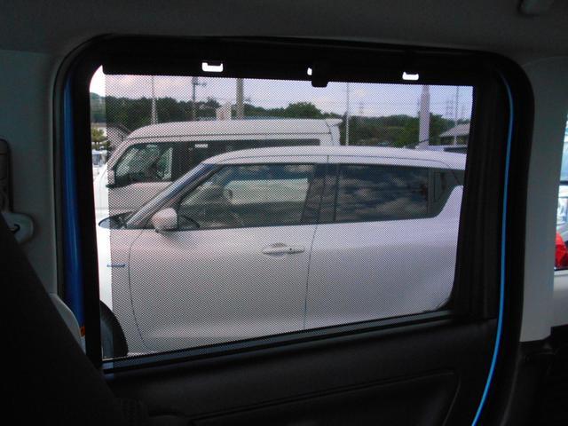 リヤドアには、引き出してガラスを覆うロールサンシェードを内蔵。直射日光を防いで車内を快適に保つほか、お子さまの着替えの際など、プライバシーの保護にも役立ちます。