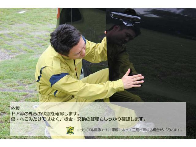 タイヤの溝・ヒビの状態や、ホイールのキズ、曲がりも確認します。