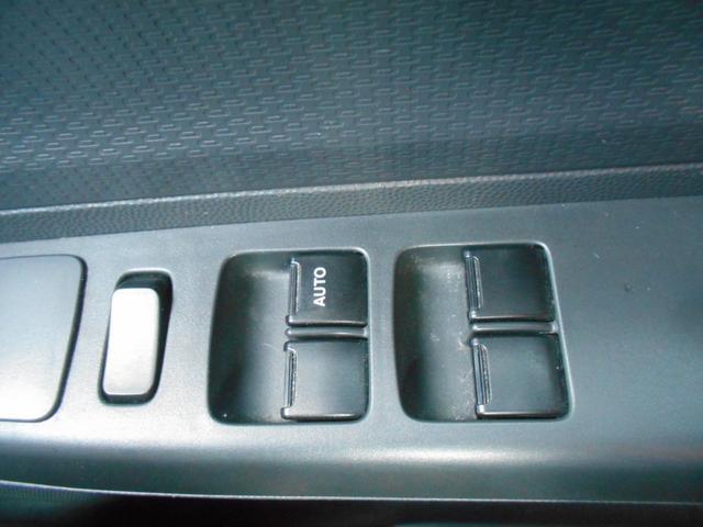 全席パワーウィンドウ完備!運転席からボタン操作でそれぞれの窓を開け閉めできるんです!とっても便利♪