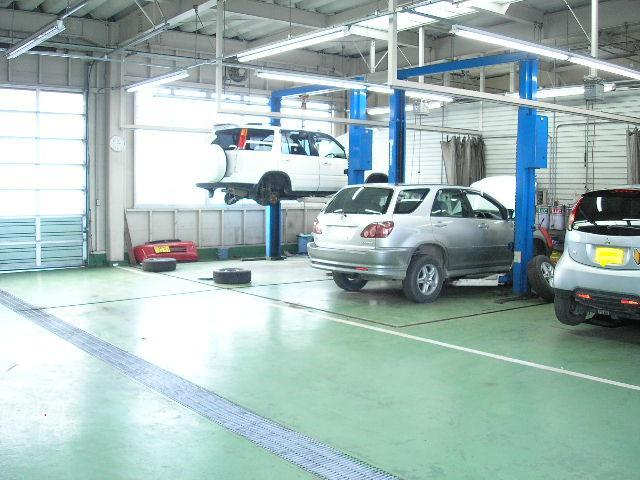 自社整備工場も完備!! 指定工場も取得しておりますので「1日車検」も対応可能です! お車のことならメンテナンスと合わせてお任せ下さい。