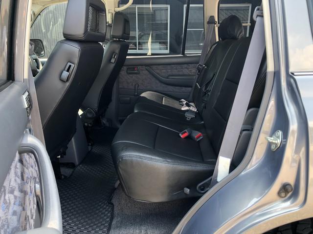 革調のシートカバーで清潔でクリーンな状態です。