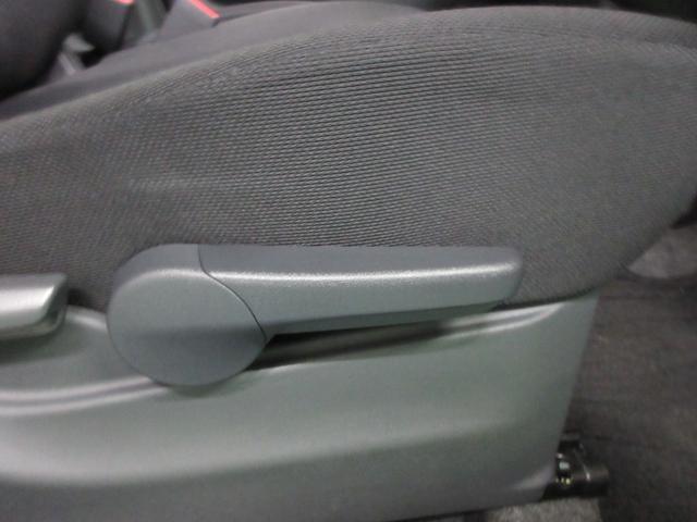 運転席は座面高さ変えられます!!