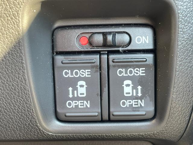 G SSブラックスタイルパッケージ -大阪府仕入- 4WD 禁煙車 衝突被害軽減 SDナビ CD/DVD フルセグ BT接続 バックカメラ 両側自動スライドドア シートヒーター HIDライト オートライト ミラーヒーター サンシェード(4枚目)