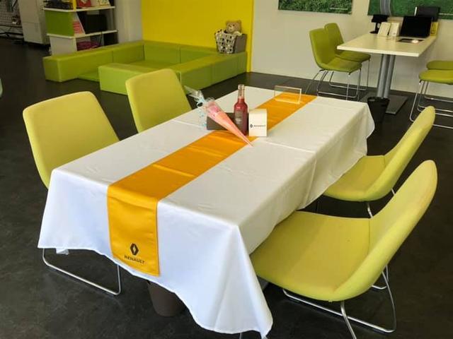 納車式は特別な専用テーブルでお出迎えいたします。
