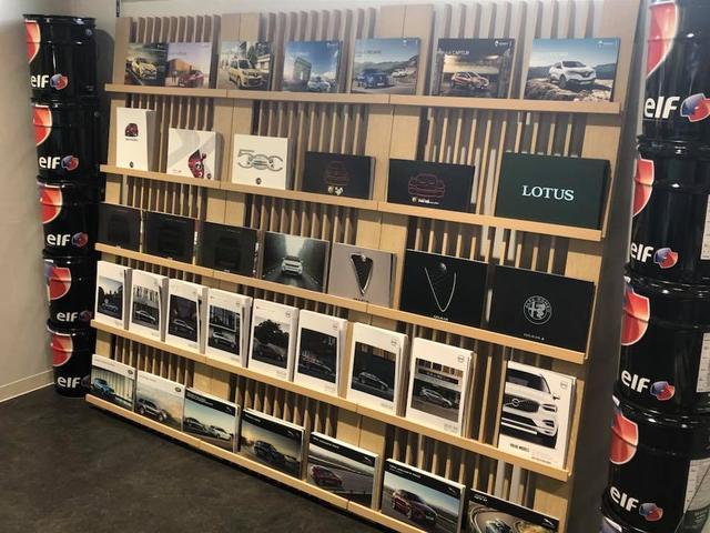 ルノー車はもちろん他メーカーのカタログも取り揃えております。