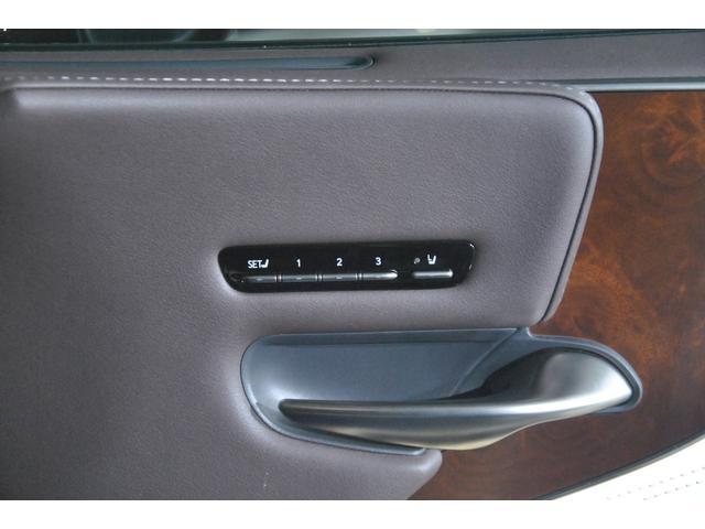 運転席は勿論、助手席も3ポジションのメモリーが可能です♪後部座席は、左右別々に2パターンのメモリーが可能です♪
