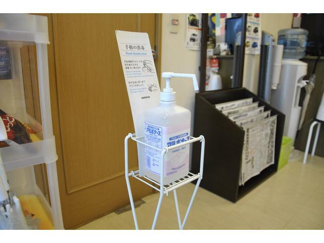 弊社では新型コロナウィルス発生以前から、店舗入口に手指消毒液を常備しております。また化粧室には使い捨て紙コップと共にうがい薬も常備しており、これは開店当初から行っている企業危機管理対策の一つです。