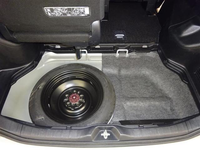 ラゲッジルーム床下にはスペアタイヤを装備。