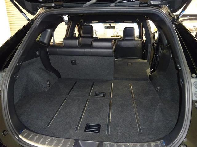 乗る人数や載せるものに合わせた、さまざまな使い方に対応できるシートアレンジ。6:4分割可倒式リヤシートは、シートクッション横のレバーで座ったまま左右独立リクライニングが可能です。