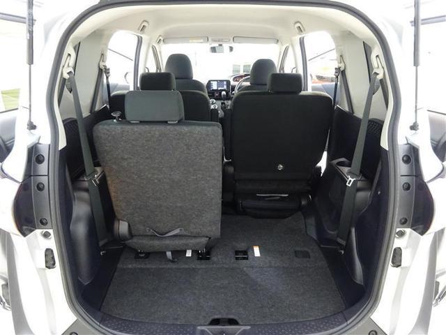 サードシートは、軽い力でスムーズに折りたためるワンタッチスペースアップシートを採用。車内に乗り込まずにラクに行えます。