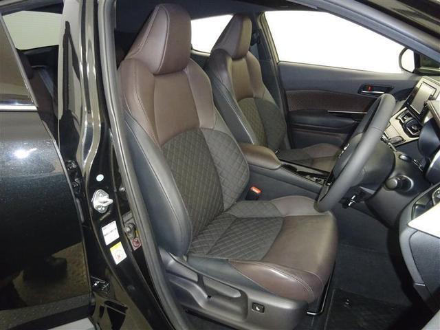 仕立てのよさにこだわった高いホールド性のフロントシート