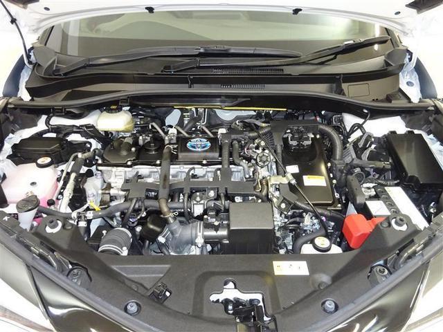 優れたハイブリッドパワートレーンを搭載。1.8Lエンジンとモーターを高次元で協調させ、滑らかで上質な走りです!! エンジンルームまでピカピカに仕上げているのがトヨタカローラ秋田の中古車です!