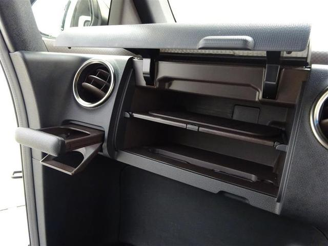 助手席前の収納ボックスは大型です、ドライブ時もたくさん物が積むことができとても便利です♪