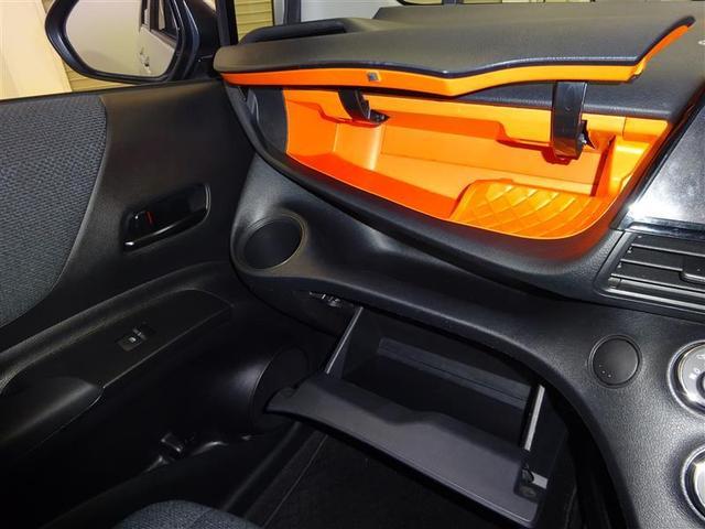 助手席前の収納ボックスが大型です、長距離ドライブ時もたくさん物が積むことができとても便利です。