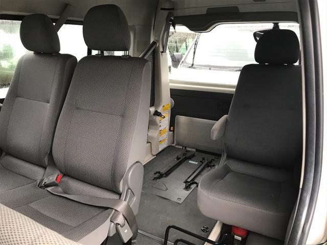 頭上や肩回りに余裕があり、広々した空間を確保したサードシート!乗り心地良く、実用的にお使いいただけます!