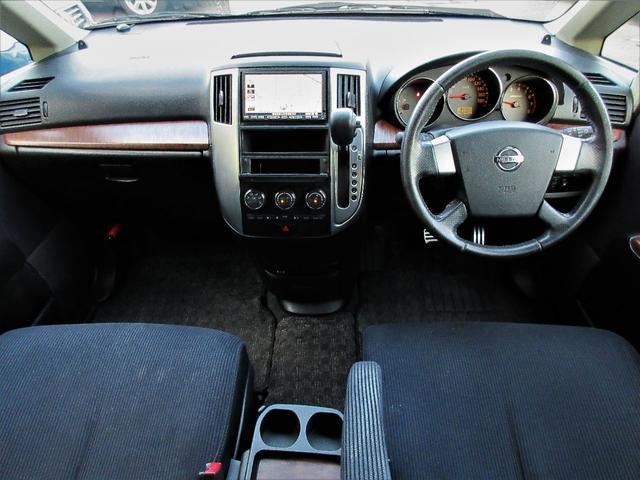 室内はウッドパネルが使われているので高級感がございます♪車内に気になる匂いなどもございません♪シートも切れ目やヘタリなども無く綺麗な状態です♪