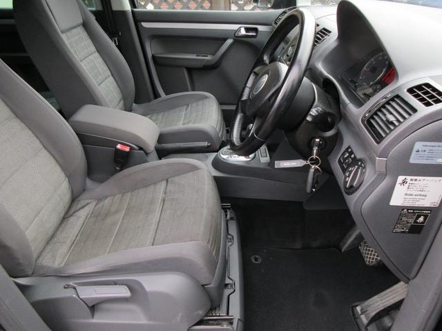 運転席の足元は広々としており、座席は大きく前後にスライド出来るので自分に合ったポジションで運転する事が出来ます♪アクセルやブレーキにクセもなくとても運転のしやすい車両です♪