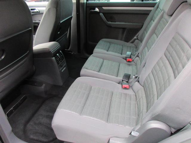 2列目のシートも目立つような汚れなどもございません♪3脚が独立していて取り外し可能になっています♪シートアレンジも自在にできるので積み込む荷物や乗車人数でいろいろ変えられますね♪