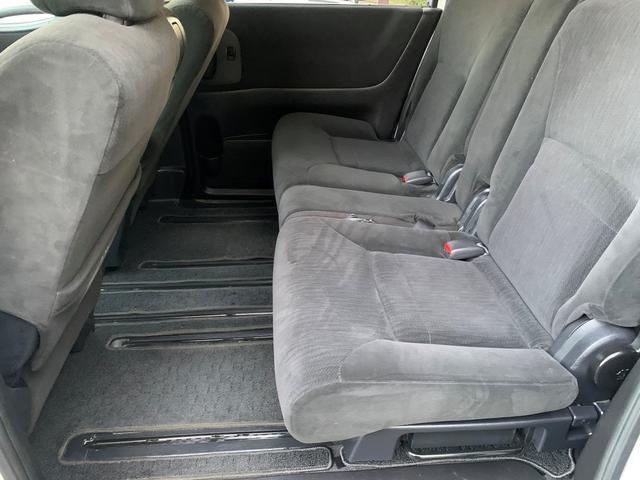 2列目のシートもご覧の通りとてもキレイな状態です♪7人乗りなのでシートがセパレートになっております♪ひとりひとりがゆったり乗車できますね♪