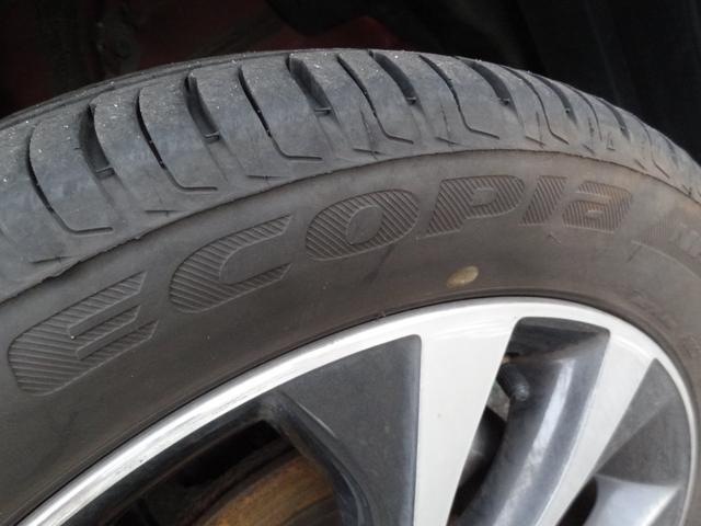 純正15インチアルミです!タイヤはブリヂストンエコピア!タイヤ溝も十分ございます!