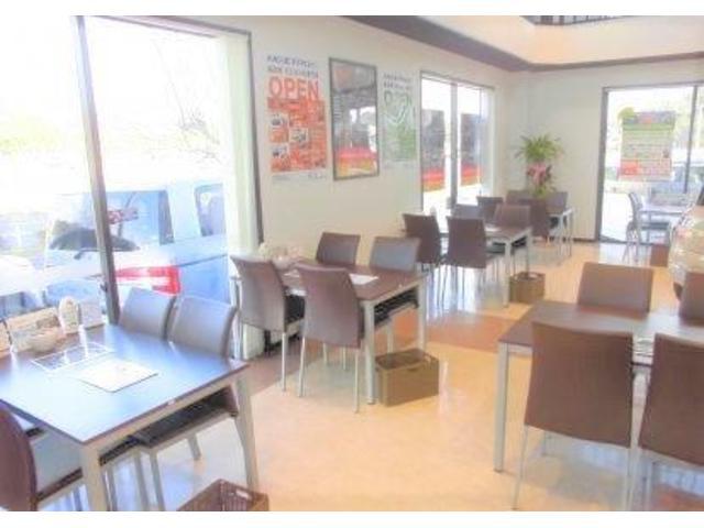 広々としたショールームになっております!!ゆとりある空間でお客様へぴったりの1台を提案させて頂きます☆