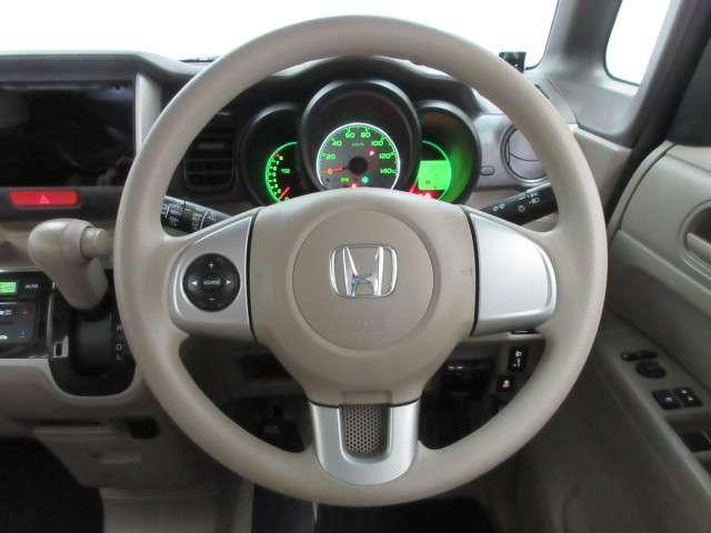 ハンドルにオーディオ操作ボタンがございます。視点を移さず、左手をハンドルから離すことなくチャンネルや各オーディオの切り替えやボリューム調整が感覚的にできますので安全運転にも役立ちますね
