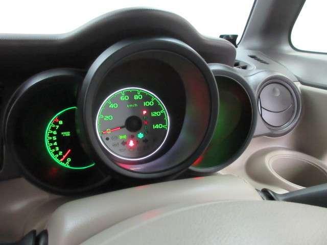 真ん中にスピードメーターを配した、見やすい3眼メーターになっています