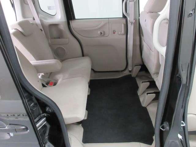 後席です。足元も広さが十分あります。