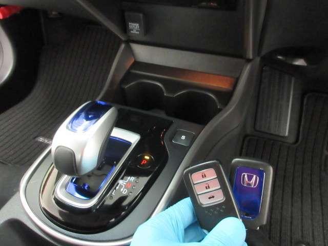 ハイブリッド車特有の小型セレクトノブは軽いタッチでスマートに操作可能です!