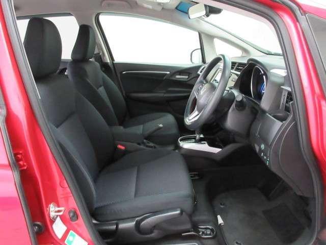 フィット感のあるフロントシート。しっかりと支えてくれるので、長時間の運転を快適にサポートしてくれます