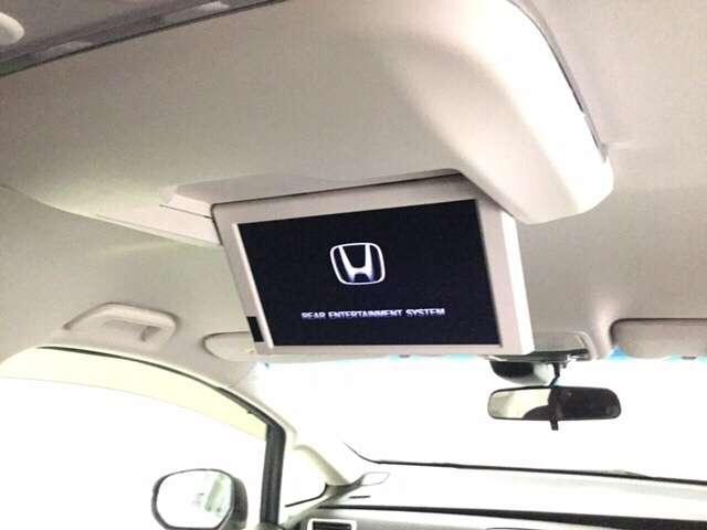 後席モニターも装備。長距離ドライブでも後席の方を飽きさせません。