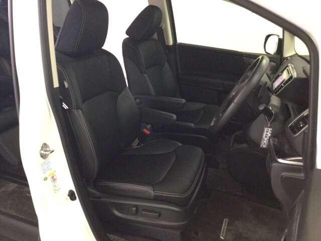 充分な広さを確保した、快適な前席シート!アームレスト付ですので、長距離ドライブも楽々♪運転席は電動でシート位置を調整できるパワーシートです♪
