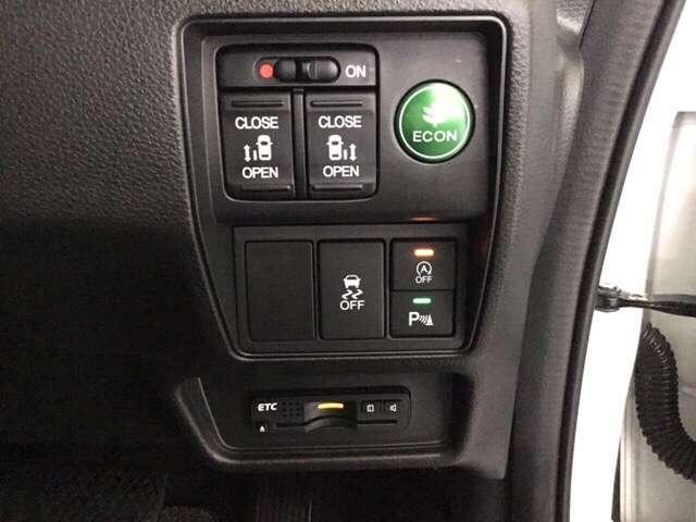 運転席で後席スライドドアを開閉するスイッチ。お荷物を沢山持ったゲストや一人でドアの開閉をできないお子様の送迎時、スマートに対応できる思いやりとおもてなしの装置です。便利なETCも装備しております。