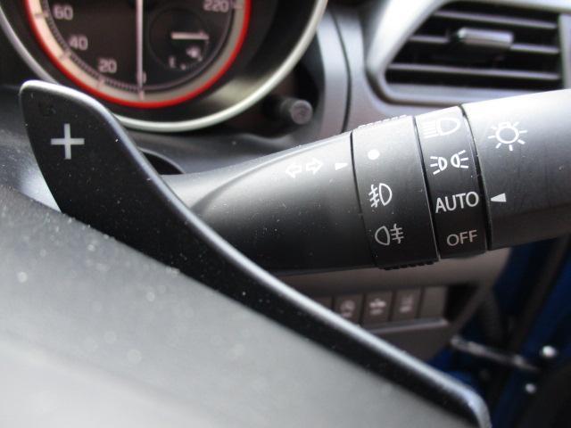 暗くなると自動で点灯。安全運転につながります。