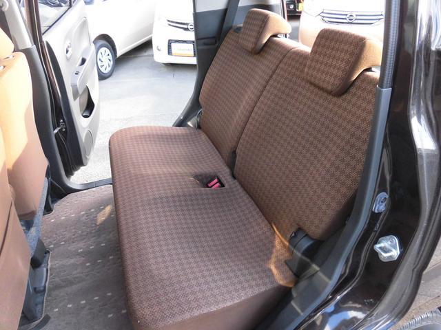 内装はブラウンを基調とし、お洒落で落ち着いた配色になっております!リアシートにもリクライニング機能が付いておりますので、後ろに乗られる方もゆったりとお乗り頂けます!