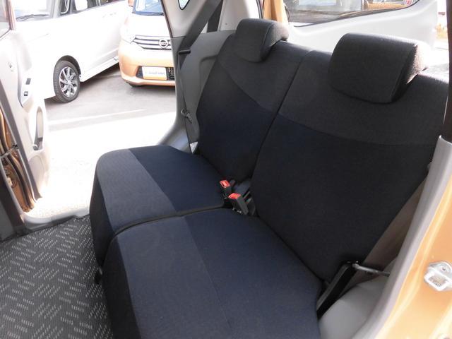 内装はネイビーとグレーを基調とし、シックな配色になっております!リアシートにもリクライニング機能が付いておりますので、後ろに乗られる方もゆったりとお乗り頂けます!