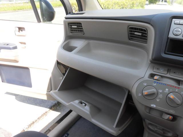 収納スペースもしっかりと確保されております!!ちょっとした小物やスマホ、CD等を置く際にお使いください!!車種によっては収納スペースがほとんど無い車もありますので、嬉しい内装アレンジです!