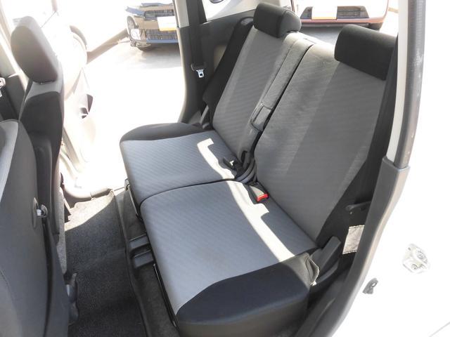 内装は黒とグレーを基調とし、シックな配色になっております!リアシートにもリクライニング機能が付いておりますので、後ろに乗られる方もゆったりとお乗り頂けます!