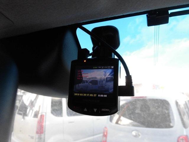 近頃オーダーが増加しているドライブレコーダーが当店のオプションメニューに加わりました!今非常に注目のカー用品になります!!常に録画されており、状況等を確実に把握できる安心のオプションになります!!