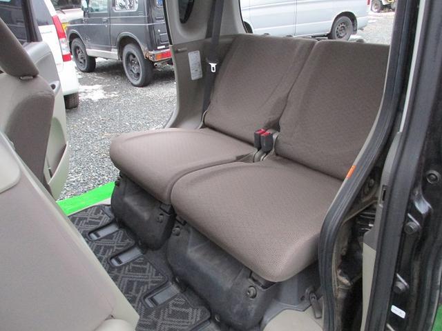 後部座席も特に大きな汚れやシミなどなく綺麗な状態です!