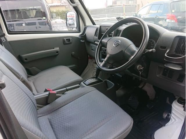 内装ですが、運転席、助手席ともにシートは目立つ汚れやキレ、焦げ跡はございません。