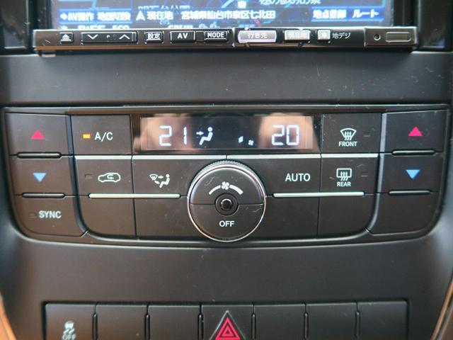 『エア・コンディショナーは、運転席と助手席で個別に温度設定できる上、マイクロ。フィルター付きで花粉や粉塵などを取り除いてくれます。』