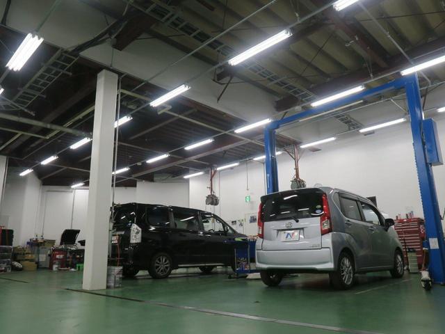 点検や整備をしっかり行えるリフトを複数備えた整備工場を併設。納車前点検整備は100項目にもおよび、購入後もご相談頂ける知識抱負なメカニックで構成。安心をご提供する共に車両のカスタムにも力を入れています